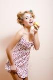 Retrato de la muchacha modela rubia atractiva de la mujer hermosa joven que come la manzana y que encanta la sonrisa mirando la c foto de archivo libre de regalías