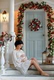 Retrato de la muchacha morena antes del bebé en un blanco Imágenes de archivo libres de regalías