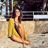 Retrato de la muchacha morena de moda al aire libre en gafas de sol Fotografía de archivo libre de regalías