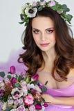 Retrato de la muchacha morena hermosa sensual en el vestido púrpura, wre Imagen de archivo libre de regalías