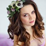 Retrato de la muchacha morena hermosa sensual en el vestido púrpura, wre Foto de archivo