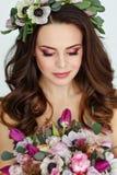 Retrato de la muchacha morena hermosa sensual en vestido púrpura Foto de archivo libre de regalías