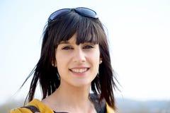Retrato de la muchacha morena joven con las gafas de sol, al aire libre Fotos de archivo libres de regalías