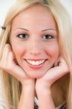 Retrato de la muchacha. Muchacha sonriente en la presentación agradable. Fotografía de archivo