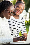 Retrato de la muchacha negra con la amiga Imagen de archivo