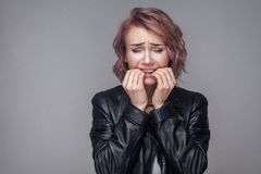 Retrato de la muchacha nerviosa con el peinado corto y el maquillaje en la situación negra de la chaqueta de cuero del estilo spo imagen de archivo libre de regalías