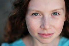 Retrato de la muchacha observada azul lindo Foto de archivo