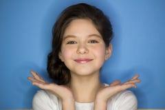 Retrato de la muchacha pecosa elegante joven que ríe con la mano en la mejilla que mira la cámara Copie el espacio Foto de archivo libre de regalías