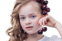 Retrato de la muchacha pecosa preciosa con las cerezas Imagen de archivo libre de regalías