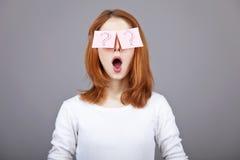 Retrato de la muchacha pelirroja con las etiquetas engomadas en ojos Fotos de archivo libres de regalías