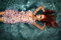 Retrato de la muchacha pelirroja en el agua Fotografía de archivo libre de regalías