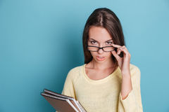 Retrato de la muchacha pensativa elegante en vidrios que piensa en algo Fotografía de archivo libre de regalías