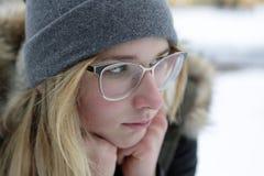 Retrato de la muchacha pensativa en vidrios Fotografía de archivo