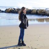 Retrato de la muchacha pensativa que siente triste en invierno delante de la playa Foto de archivo