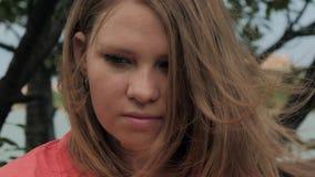 Retrato de la muchacha pensativa seria al aire libre Mirada triste y melancólica almacen de metraje de vídeo