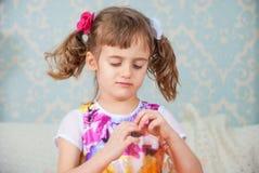 Retrato de la muchacha pequeña, ofendida Fotografía de archivo libre de regalías