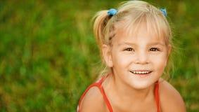 Retrato de la muchacha poco bastante de pelo rubio fotografía de archivo