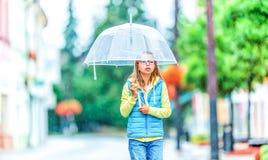 Retrato de la muchacha pre-adolescente joven hermosa con el paraguas debajo de la lluvia Imagen de archivo libre de regalías