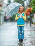 Retrato de la muchacha pre-adolescente joven hermosa con el paraguas debajo de la lluvia Foto de archivo libre de regalías