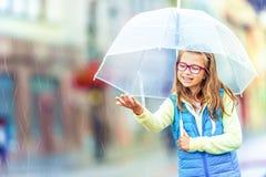 Retrato de la muchacha pre-adolescente joven hermosa con el paraguas debajo de la lluvia Fotografía de archivo libre de regalías