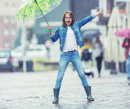 Retrato de la muchacha pre-adolescente joven hermosa con el paraguas debajo de la lluvia Imagenes de archivo