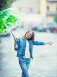 Retrato de la muchacha pre-adolescente joven hermosa con el paraguas debajo de la lluvia Imagen de archivo
