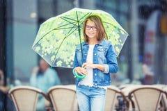 Retrato de la muchacha pre-adolescente joven hermosa con el paraguas debajo de la lluvia Fotografía de archivo