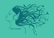 Retrato de la muchacha que escucha la música Fotografía de archivo libre de regalías