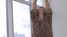 Retrato de la muchacha que la profundiza que respira después de practicar yoga metrajes