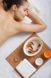 Retrato de la muchacha que miente en la toalla en balneario imagen de archivo libre de regalías