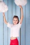 Retrato de la muchacha que se coloca debajo de las nubes blancas Fotografía de archivo