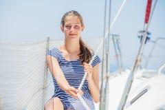 Retrato de la muchacha que se relaja en el yate en Grecia Fotos de archivo