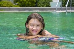 Retrato de la muchacha que se relaja en piscina Fotos de archivo libres de regalías