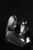 Retrato de la muchacha que sostiene el perro Fotografía de archivo libre de regalías