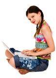 Retrato de la muchacha que usa una computadora portátil Imagenes de archivo