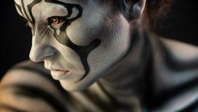 Retrato de la muchacha rizada con maquillaje del arte imagen de archivo