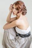 Retrato de la muchacha romántica morena con la parte posterior desnuda Imagen de archivo