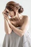 Retrato de la muchacha romántica morena con la parte posterior desnuda Fotos de archivo libres de regalías