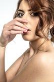 Retrato de la muchacha romántica morena con la parte posterior desnuda Fotografía de archivo libre de regalías