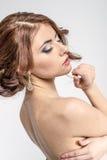 Retrato de la muchacha romántica morena con la parte posterior desnuda Imagen de archivo libre de regalías