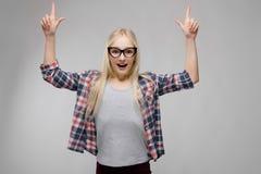 Retrato de la muchacha rubia adorable dulce sonriente atractiva del adolescente en ropa a cuadros en vidrios con extendido Imagen de archivo libre de regalías