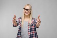 Retrato de la muchacha rubia adorable dulce sonriente atractiva del adolescente en ropa a cuadros en vidrios con extendido Imagen de archivo