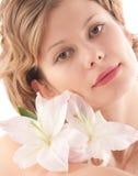 Retrato de la muchacha rubia atractiva con el lirio blanco Imagen de archivo libre de regalías