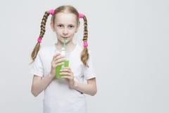 Retrato de la muchacha rubia caucásica bastante sonriente con las coletas largas Foto de archivo