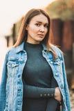 Retrato de la muchacha rubia caucásica joven atractiva, delgada, hermosa en una chaqueta de los vaqueros La muchacha sonriente go fotos de archivo