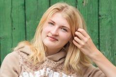 Retrato de la muchacha rubia de ojos verdes sonriente Fotos de archivo libres de regalías