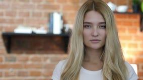 Retrato de la muchacha rubia joven almacen de video