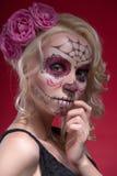 Retrato de la muchacha rubia joven con el maquillaje de Calaveras Foto de archivo libre de regalías