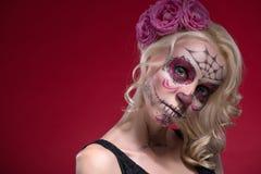 Retrato de la muchacha rubia joven con el maquillaje de Calaveras Fotos de archivo libres de regalías