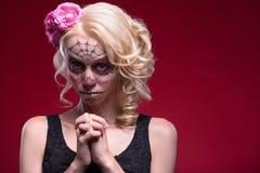 Retrato de la muchacha rubia joven con el maquillaje de Calaveras Imágenes de archivo libres de regalías